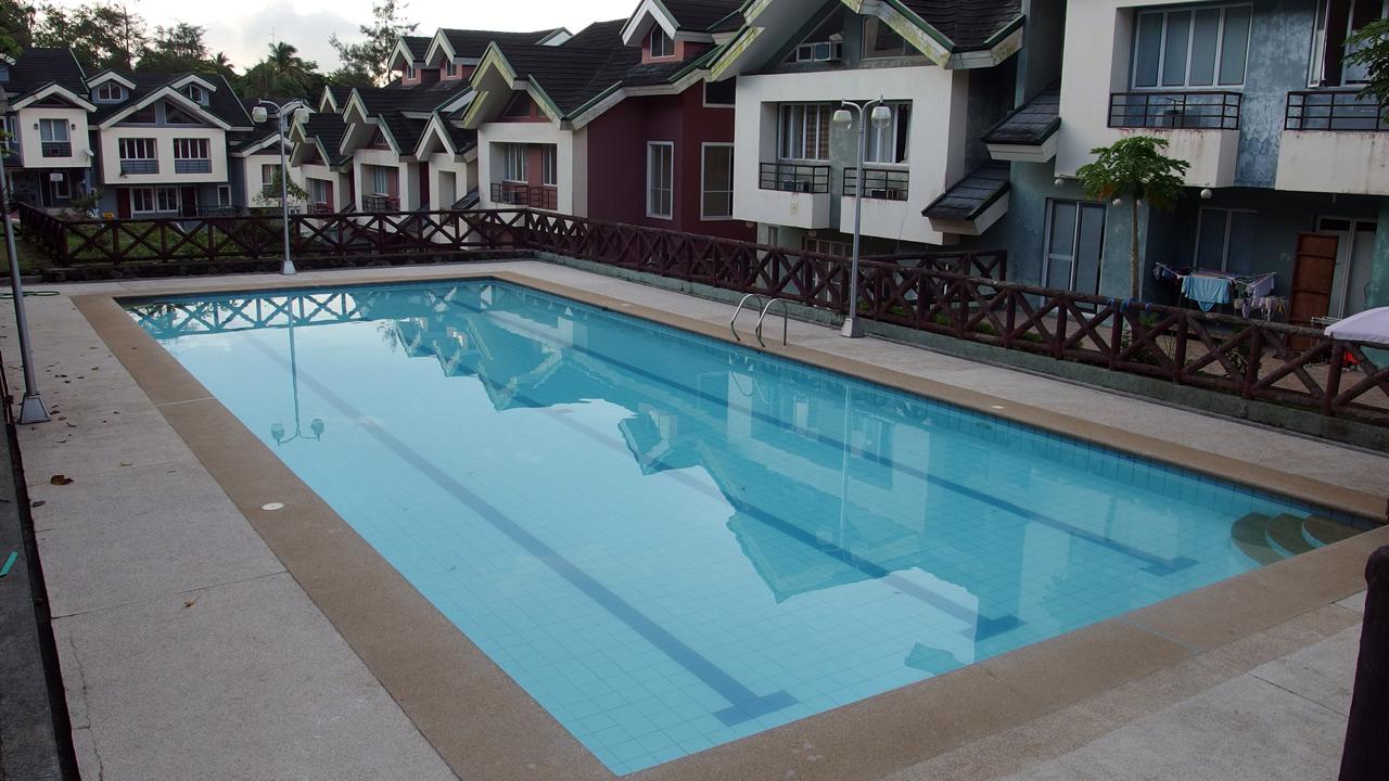 タガイタイ留学で学校の前の無料プール