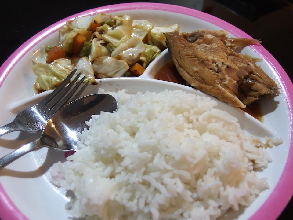 フィリピンの食事 煮魚