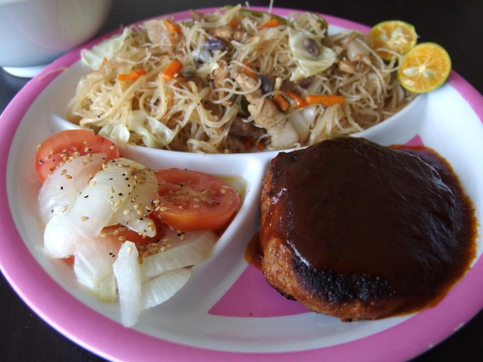 フィリピン料理のパンシットとハンバーグ