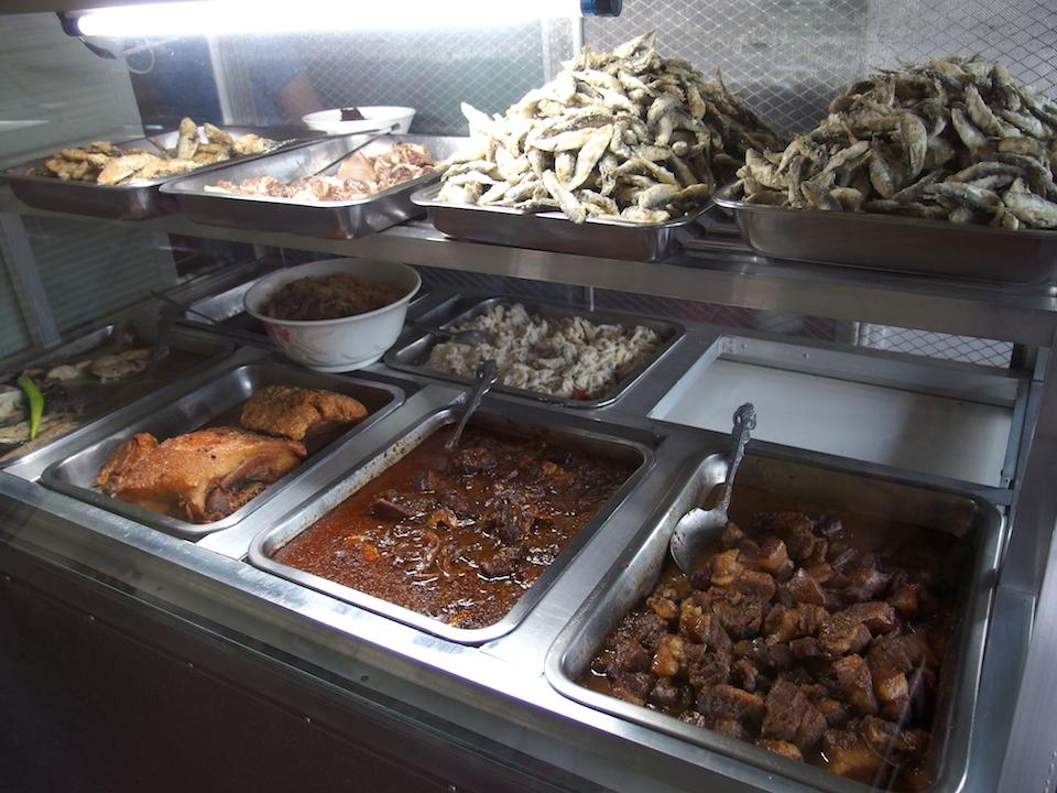 ブラロ以外にも美味しそうな料理が並ぶ