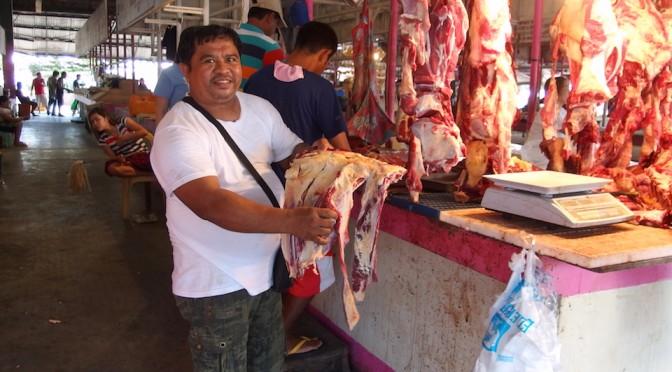 タガイタイのマホガニーマーケットでお肉を見学。ドラゴンフルーツが激安でした。