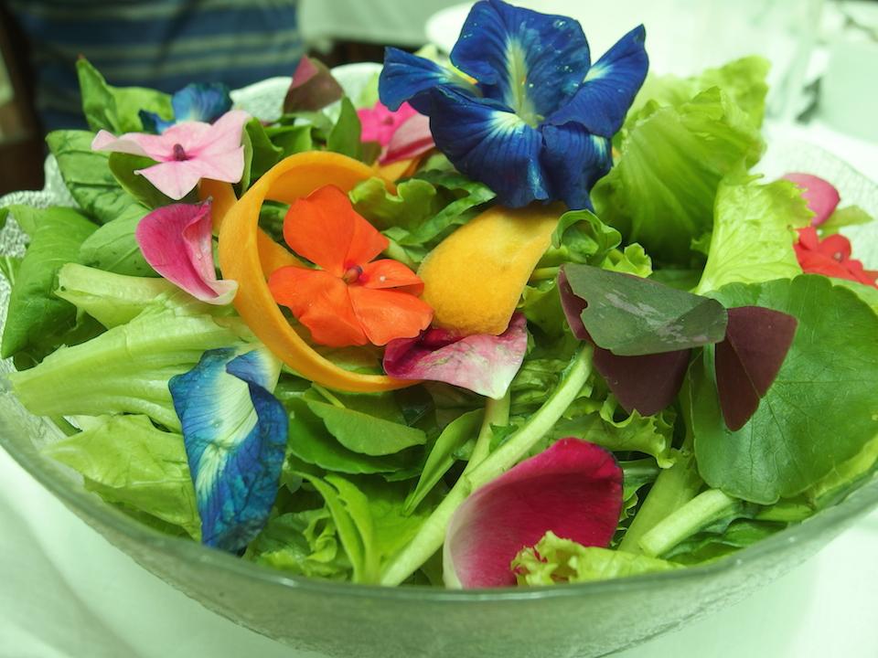 ソニアスガーデンのレストランのサラダ(食べられる花)