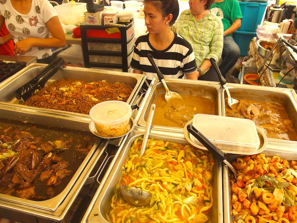 レガスピサンデーマーケットではフィリピン料理や各国の料理が食べられる