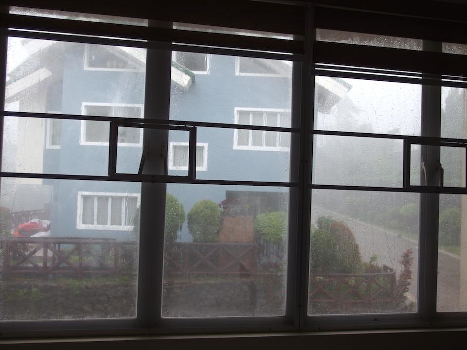 窓の外は暴風雨