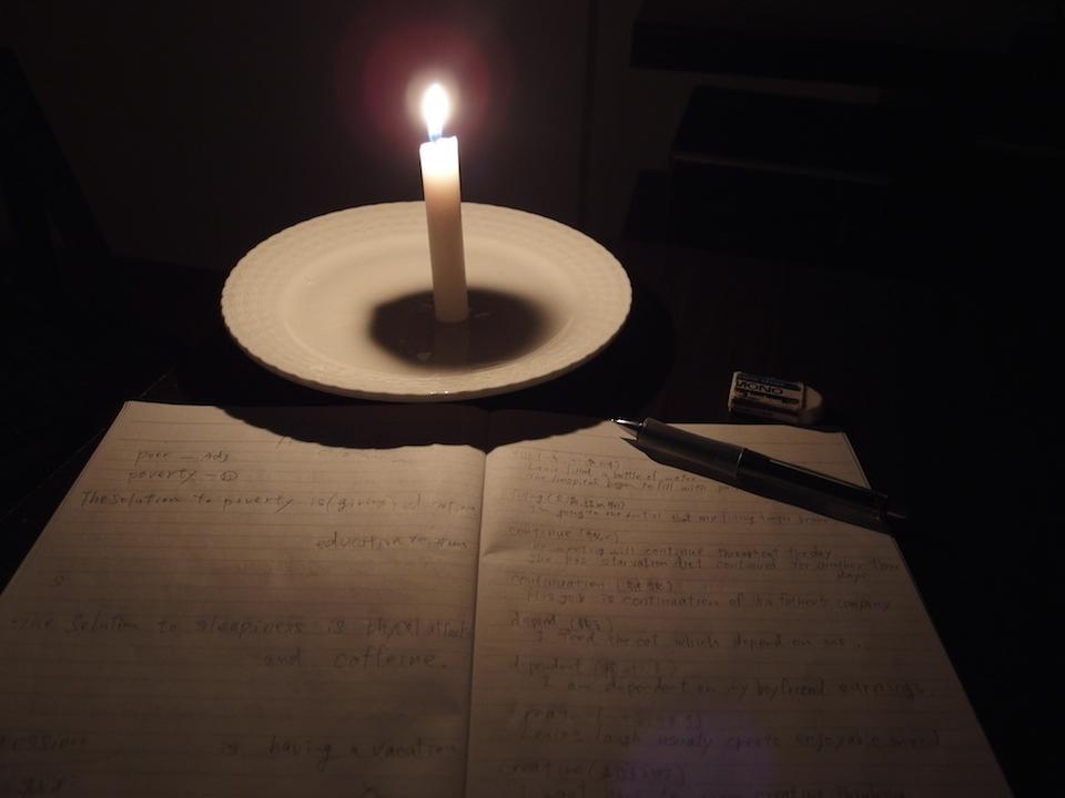 停電中はロウソクの明かりが頼り
