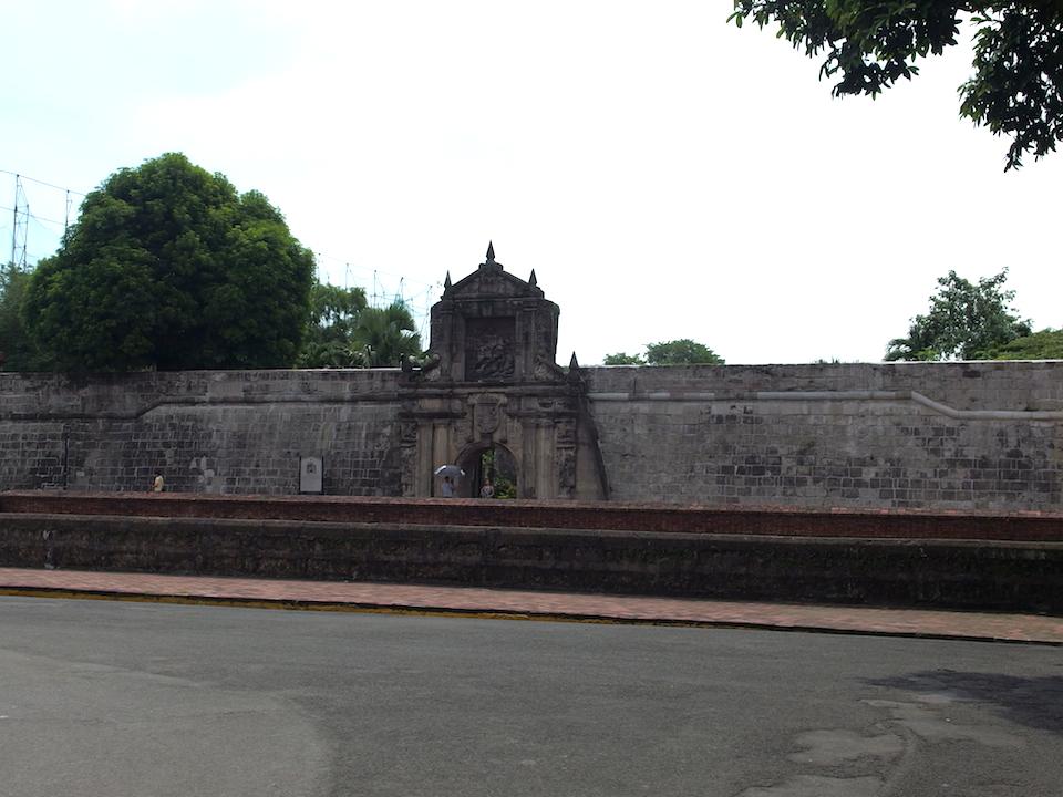 サンチャゴ要塞はスペイン語で「壁に囲まれた街」